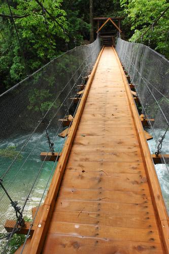 木の香り 吸い込みながら 橋渡る.jpg